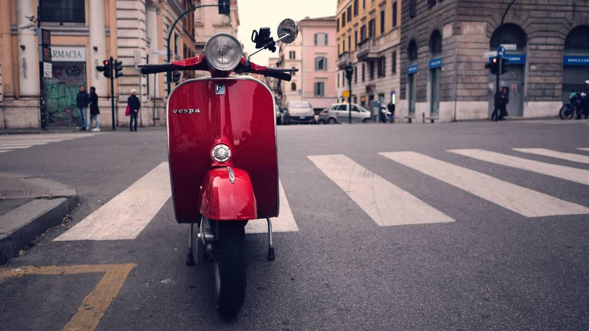 VEspa rossa a Roma